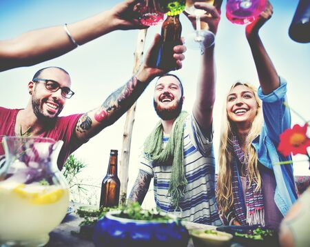 Strand-Beifall-Feier-Freundschafts-Sommer-Spaß-Abendessen-Konzept