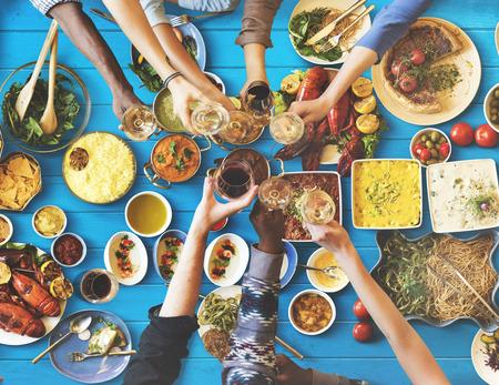 コンセプトを食べるダイニングを楽しんで友人幸せ 写真素材