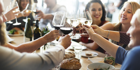 familia cenando: Almuerzo Choice Multitud Opciones culinarias Alimentaci�n concepto de alimentaci�n