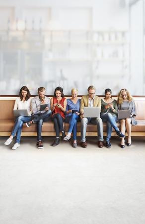 多様性人の接続のデジタル デバイスの概念を参照