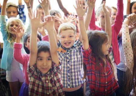 学生の子供たちの陽気な幸福のコンセプト