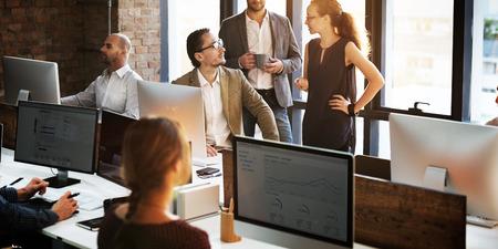 Gente de negocios utilizando concepto de trabajo del ordenador Foto de archivo