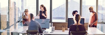 empleados trabajando: La colaboración de planificación concepto compartido de apoyo a las empresas