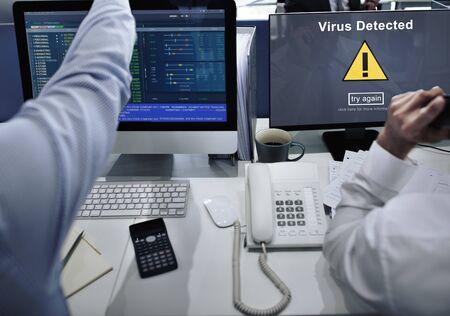 바이러스 감지 경고 해킹 불법 복제 위험 쉴드 개념