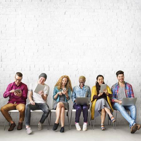 diversidad: Amigos de conexión de dispositivos digitales Tecnología concepto de red