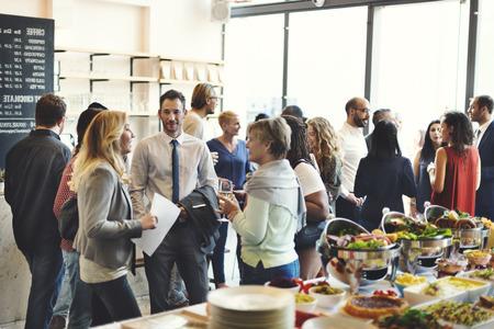 다양성 사람들이 파티 브런치 카페 개념
