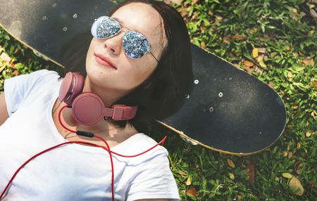 Лежа Расслабление Концепция моды Hipster Парк Стиль