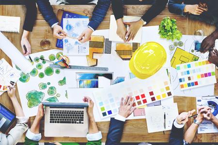 Hombres de negocios diseñadores y arquitectos trabajando concepto