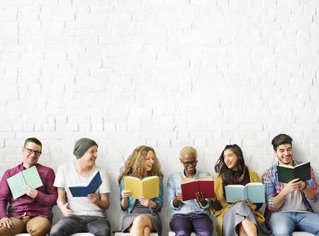 Различные люди чтения книг Study Концепция