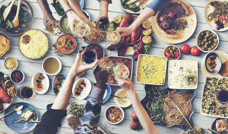 gente comiendo: Amigos que disfrutan de la felicidad comedor concepto de alimentación