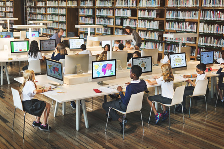 biblioteca: Concepto de la tecnología de Red de Escuelas de Educación para Estudiantes ordenador