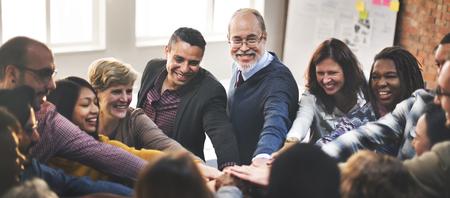 fuerza: El trabajo en equipo equipo de unir sus manos concepto de asociación