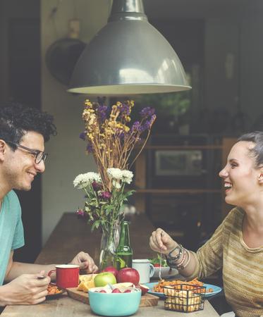 pareja comiendo: Pareja de comer comida dulce Alimentar Concept Foto de archivo