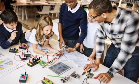 Concetto di formazione Scuola Studente Circuito di energia elettrica a transistor