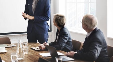 personas escuchando: Reuni�n del Equipo de Trabajo de negocios Concepto de presentaci�n