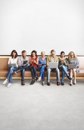 Diversité gens Connexion numérique Devices Parcourir Concept