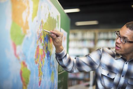 maestra ense�ando: Concepto ense�e la lecci�n ense�anza de la geograf�a mundial Foto de archivo
