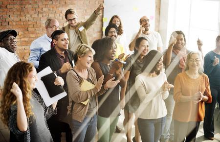 reconocimiento: Logro gente de negocios que aplauden