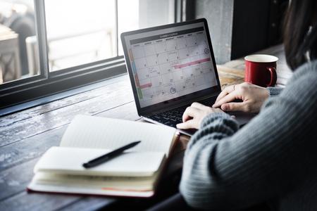 kalendarium: Asian Lady Wpisanie Laptop Kalendarz Cafe Concept Zdjęcie Seryjne