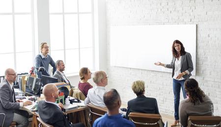 비즈니스 사람들이 회의 컨퍼런스 브레인 스토밍 개념