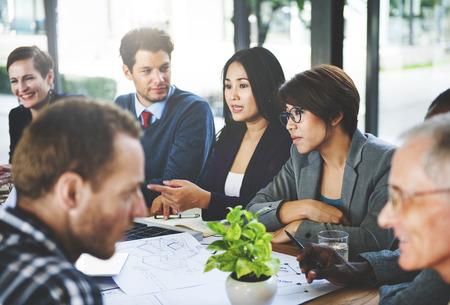 Groupe de gens d'affaires discutant dans le concept de bureau