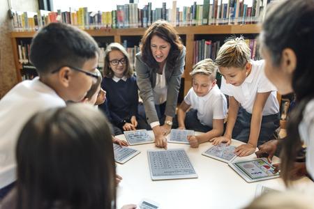 maestra ense�ando: La escuela del profesor ense�ar a los estudiantes Concepto de aprendizaje Foto de archivo