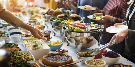 Bufete do alimento que janta comendo o partido que compartilha do conceito Foto de archivo