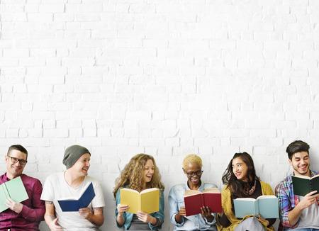 Diverse persone che leggono i libri di studio Concetto