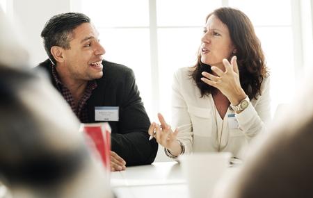 personas trabajando en oficina: La gente de negocios que habla Concepto Discutiendo Foto de archivo