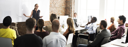 profesionistas: Negocio de Capacitaci�n del Equipo Escuchando concepto de la reuni�n