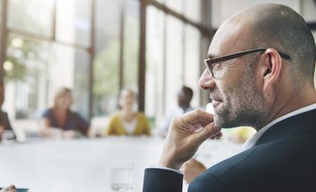 オフィスの概念を議論するビジネス人々 のグループ 写真素材