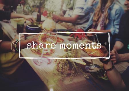 축하: 비치 건배 축하 우정 여름 재미 저녁 식사 개념