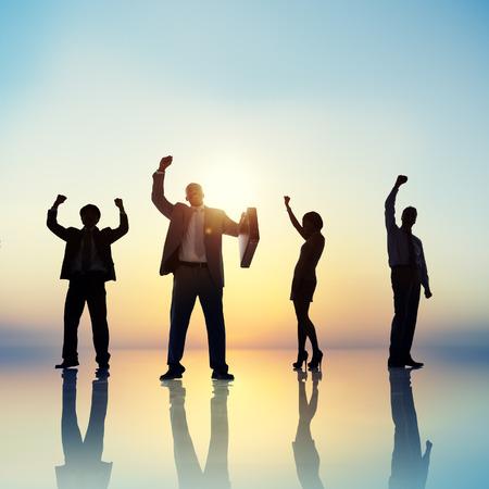 manos levantadas: La gente de negocios las manos levantadas Concepto de �xito en la azotea