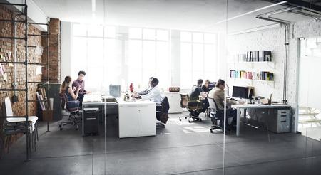cooperacion: Equipo de negocios Oficio con título Concepto del lugar de trabajo