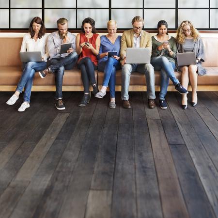 Разнообразие Люди подключения цифровых устройств просмотра Concept