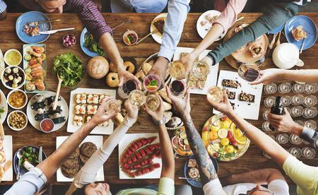 familia cenando: Amigos que disfrutan de la felicidad comedor concepto de alimentación