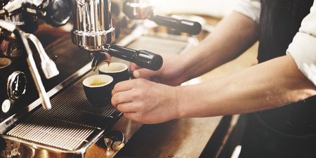 hombre tomando cafe: Barista Cafetera M�quina Concepto Portafilter Grinder