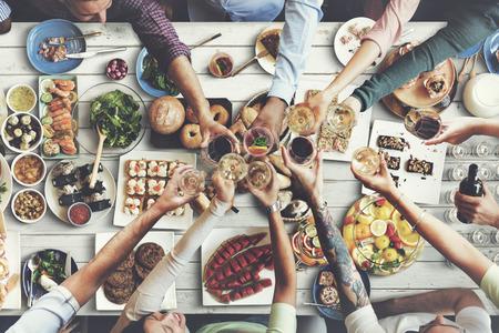 Freunde Glück genießen Dinning Essen Konzept
