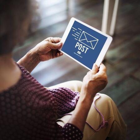 correspondence: La correspondencia fija el correo Mensajes en línea concepto de la comunicación Foto de archivo