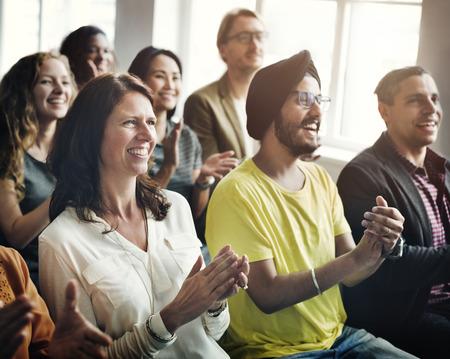 gente reunida: Premio Aplausos Valoración Alegre concepto de la reunión