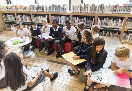 niños leyendo: Educar compañero Concepto Lección amigo Conocimiento Foto de archivo