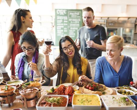 italienisches essen: Freunde Party-Buffet genießen Essen Konzept