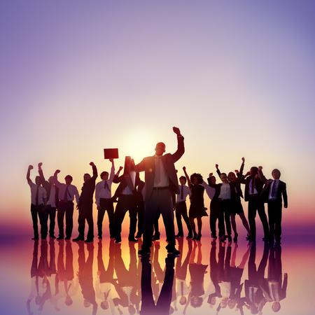 manos levantadas: La gente de negocios las manos levantadas Concepto de éxito en la azotea