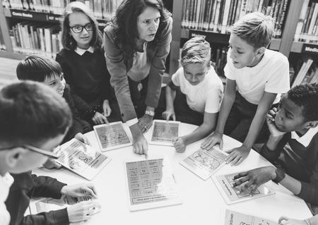 aprendizaje: La escuela del profesor enseñar a los estudiantes Concepto de aprendizaje Foto de archivo