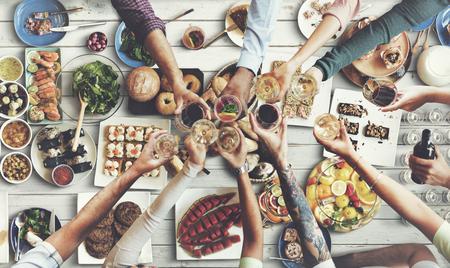 comiendo: Amigos que disfrutan de la felicidad comedor concepto de alimentaci�n