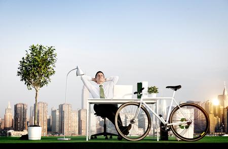 El hombre de negocios de bicicletas Ecológico ambiental del concepto
