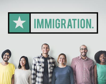 Multiethnische Menschen mit Einwanderungskonzept Standard-Bild