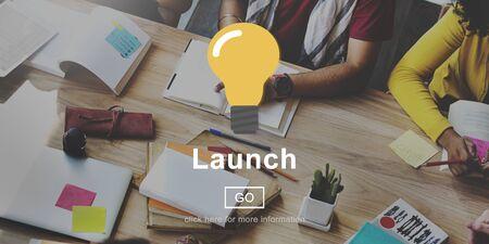 empezar: Lanzamiento de inicio Begin Concepto icono de la bombilla Foto de archivo