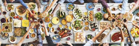 italienisches essen: Freunde Glück genießen Dinning Essen Konzept Lizenzfreie Bilder