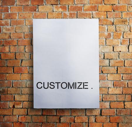 Passen Sie an, das auf ein Papier an einer Wand geschrieben wird